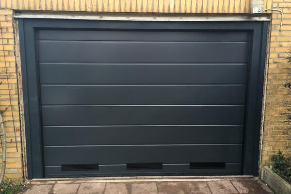 ConDoor Garagentor ISO40 RAL 7016 anthrazitgrau Mittelsicke glatt, mit Lüftungsgitter Kunststoff schwarz und Blendrahmen für Fertiggarage
