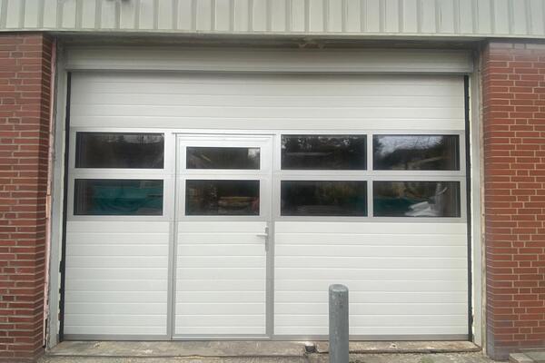 ConDoor Industrie-Sektionaltor ISO40 RAL 9002 Grauweiß mit Tür und 2 Fenstersektionen