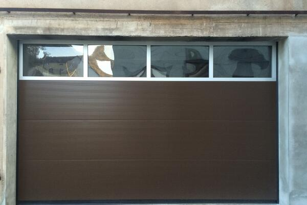 Alpha Garagen-Sektionaltor ISO40 microprofiliert RAL 8014 sepiabraun mit Fenstersektion