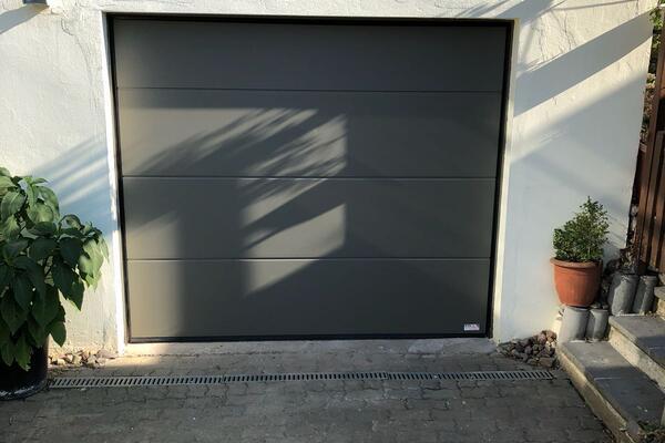 ConDoor Garagen-Sektionaltor ISO40 ohne Sicke Design-Line Quarz RAL 7039 Quarzgrau 2460 x 2120 mm