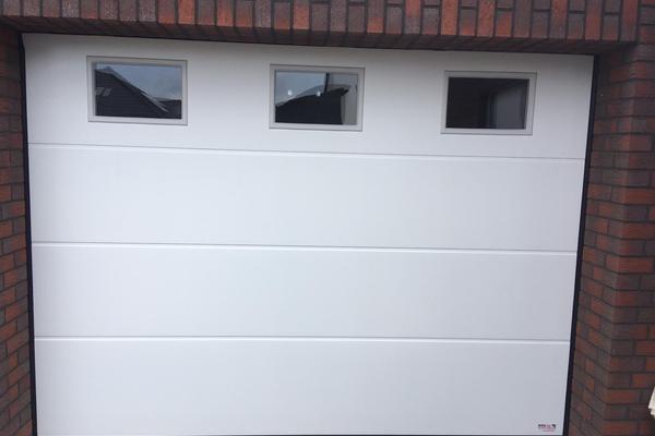 ConDoor Garagen-Sektionaltor ISO40 Typ Satin Plano, RAL 9016 Verkehrsweiß mit Fenster