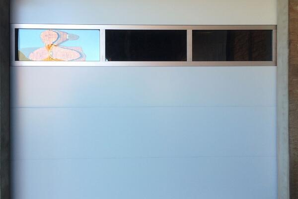 ConDoor Garagen-Sektionaltor ISO40 ohne Sicke glatt RAL 9016 verkehrsweiß mit Fenstersektion