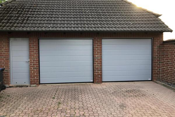 ConDoor Garagen-Sektionaltore und Nebeneingangstür, RAL 7040 Fenstergrau, Mittelsicke glatt