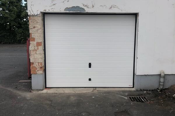ConDoor Garagen-Sektionaltor ISO40 Sicke Stucco geprägt RAL 9016 verkehrsweiß, handbedient mit Knauf