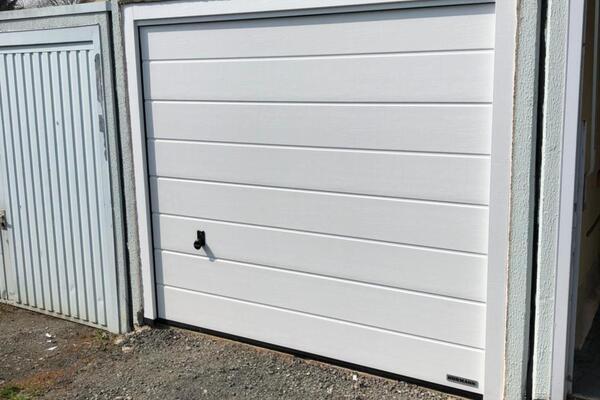 Hörmann Garagen-Sektionaltor LPU42 RAL 9016 verkehrsweiß Mittelsicke woodgrain mit Montagerahmen für Fertiggaragen handbedient