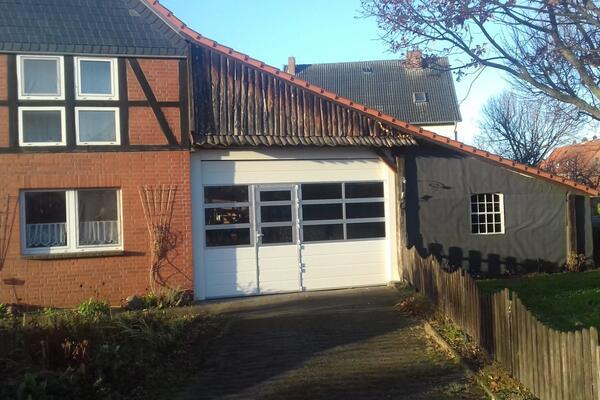 ConDoor Garagen-Sektionaltor ISO40 Typ Woodgrain Ligna mit Schlupftür und Fenster-Sektionen, RAL 9016 verkehrsweiß