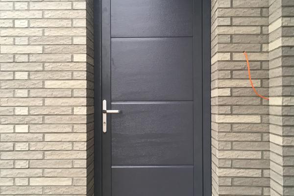 ConDoor Nebeneingangstür RAL 7015 schiefergrau ohne Sicke Woodgrain geprägt, nach innen öffnend DIN rechts