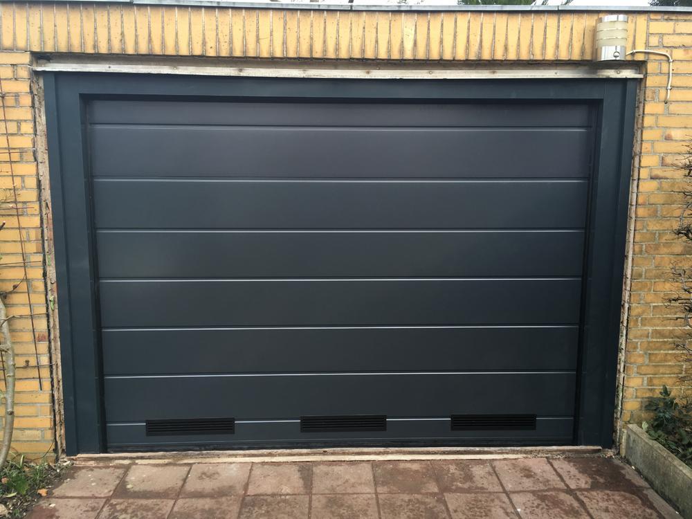 garagentor mit einbau condoor garagentor iso ral mittelsicke glatt mit kunststoff schwarz und. Black Bedroom Furniture Sets. Home Design Ideas