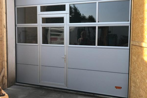 Rolflex Compact Deckenfalttor mit Schlupftür RAL 9006 weißaluminium